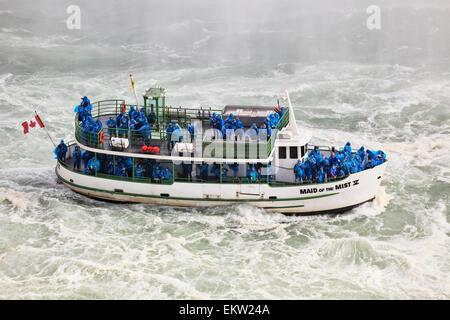 Mädchen der Nebel Ausflugsschiff die Touristen unter Hufeisenfälle; Niagara Falls Ontario Kanada - Stockfoto