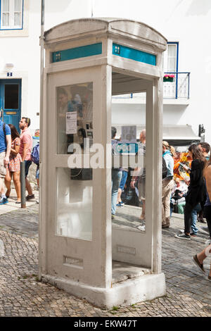 """Seltene, alte und Vintage """"K3"""" Telefon Box Boxen Kiosk Telefonzelle K 3 in in der Nähe der Burg in Lissabon. Portugal. - Stockfoto"""