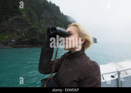 Frau mit dem fernglas auf kreuzfahrtschiff ketchikan alaska usa