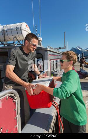 Vater und Sohn laden ein Boot auf dem kleinen Boot Valdez Hafen, Prinz-William-Sund, Yunan Alaska - Stockfoto