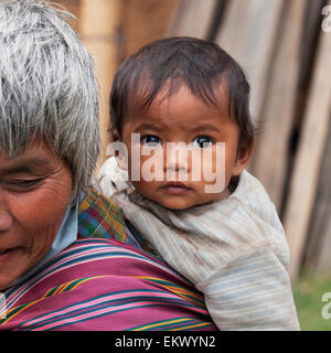 Senior bhutanischen Frau mit Baby auf dem Rücken; Punakha Bezirk Bhutan - Stockfoto