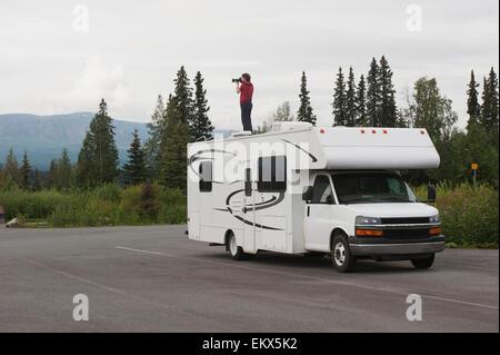 Junge, ein Bild von der Alaska-Landschaft, Stand am Anfang eine RV - Stockfoto