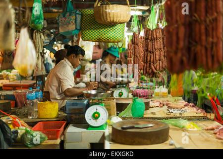 Anbieter und Käufer am alten Markt; Siem Reap, Kambodscha - Stockfoto