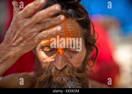Ein heiliger Mann mit einem dritten Auge auf seinem Gesicht gemalt; Haridwar, Indien - Stockfoto