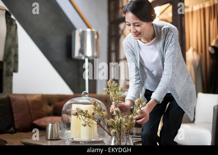 Reife Frau, die Vermittlung von Blumen in ihrem Laden - Stockfoto