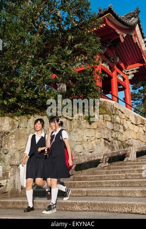 Zwei Mädchen hinunter Schritte im Kiyomizu-Dera, der buddhistische Tempel; Kyoto, Japan - Stockfoto