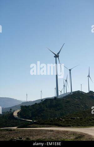 Windkraftanlagen auf einer modernen Windmühle-Farm für die alternative Energieerzeugung. Strom ist betriebene ökologische - Stockfoto
