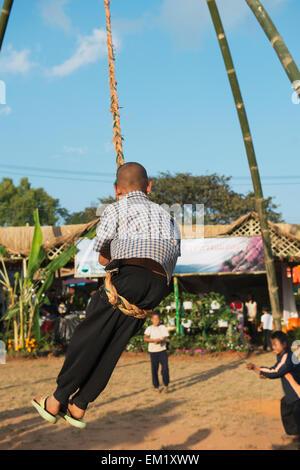Auf einer hausgemachten Schaukel beim jährlichen Festival Tee; Mae Salong, Chiang Rai, Thailand - Stockfoto