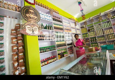 Junge indische Frau im Shop an Edens Gewürz- und Kräutergarten in Thekkady, Kerala Indien - Stockfoto