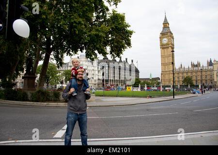 Vater und Sohn vor Big Ben; London England - Stockfoto