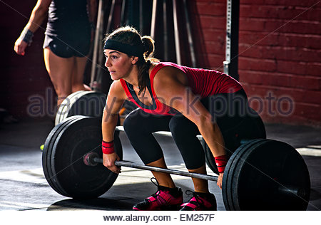 Eine Sportlerin arbeitet bei einer Crossfit Gym. - Stockfoto