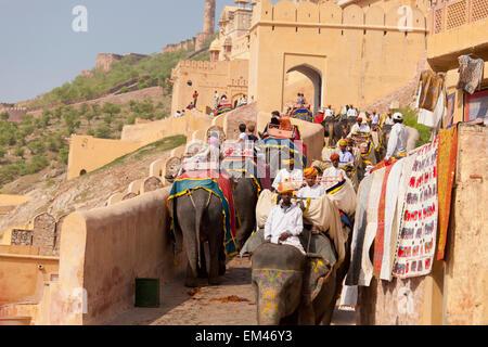 Leute Reiten Elefanten bei Amer Fort; Jaipur Rajasthan Indien - Stockfoto