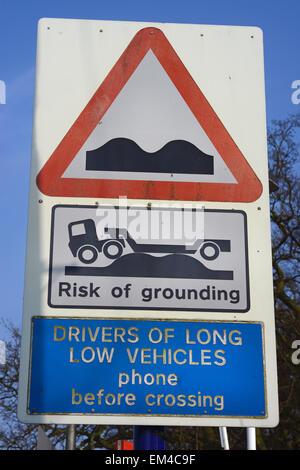 Warnzeichen für LKW-Fahrer des Risikos der Erdung bei der Kreuzung Eisenbahn Bahnübergang Yorkshire united kinmgdom - Stockfoto
