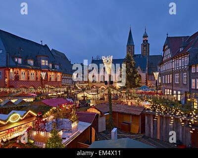 weihnachtsmarkt am markt platz von goslar harz mountains niedersachsen deutschland stockfoto. Black Bedroom Furniture Sets. Home Design Ideas