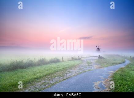 Möglichkeit, im Morgennebel Windmühle - Stockfoto
