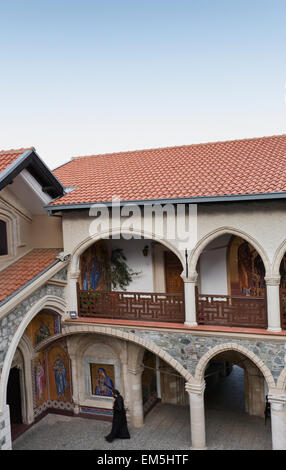 Zypern, Troodos, Mönch über Hof - Stockfoto