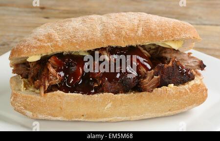 Pullrd Schweinefleisch mit Barbecue-Sauce auf ein Brot Rollen - Stockfoto
