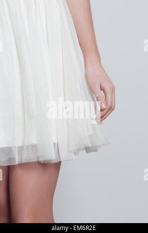 Nahaufnahme einer Frau im weißen Kleid - Stockfoto