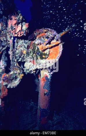Mikronesien, bunte Unterwasserwelt und Rost Motor Telegraph; Truk Lagoon, dem zweiten Weltkrieg Schiffbruch Shinkoku - Stockfoto