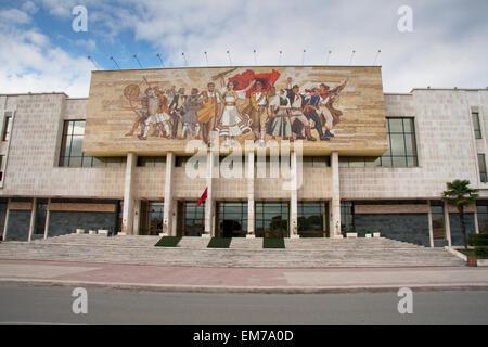"""""""die Albaner"""" Mosaik an der Fassade des historischen Nationalmuseums, Tirana, Albanien - Stockfoto"""
