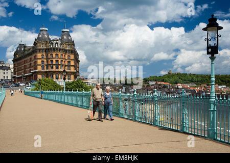 Großbritannien, England, Yorkshire, Scarborough, Besucher zu Fuß auf Cliff Bridge verbindet St. Nikolaus und South - Stockfoto