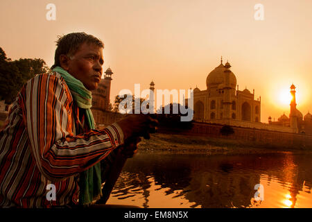 Sonnenuntergang über dem Taj Mahal genommen vom Fluss Yamuna in Agra, Indien - Stockfoto
