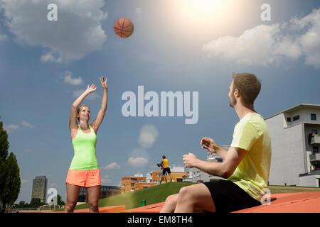 Männlichen und weiblichen Basketball-Spieler üben im park - Stockfoto