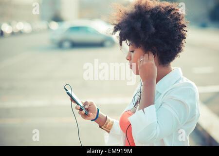 Junge Frau Smartphone Musik hören - Stockfoto