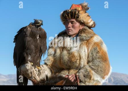 Porträt von ein Adler-Jäger und seinem Adler 3, westliche Mongolei - Stockfoto