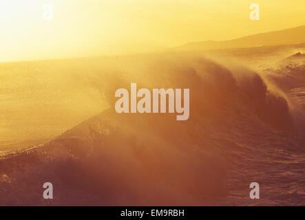 Großen Absturz Eisstockschießen Welle mit goldenen Highlights, Misty Sunset Sky. - Stockfoto