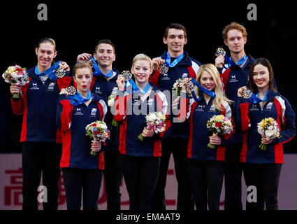 Tokio, Japan. 18. April 2015. Ashley Wagner, Gracie Gold, Alexa Scimeca, Madison Chock (L-R, vorne), Jason Brown, - Stockfoto