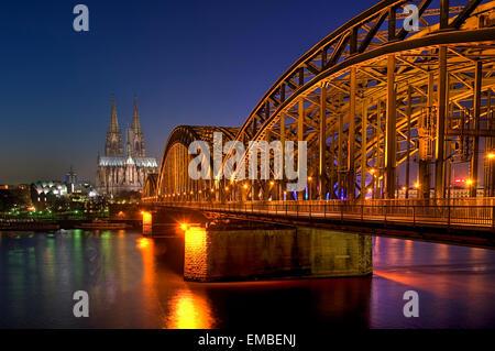 Kölner Dom, Hohenzollernbrücke bei Nacht, Nordrhein-Westfalen, Deutschland, Europa - Stockfoto