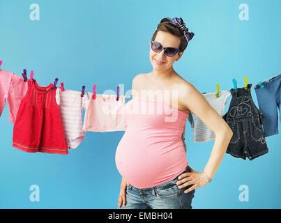 Glücklich schwanger Mutter die Wäsche - Stockfoto