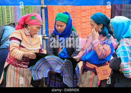 Vietnam, Lao Cai Provinz, können Cau, Markt, Hügel Stämme Menschen, Frauen, Hmong, Blume - Stockfoto