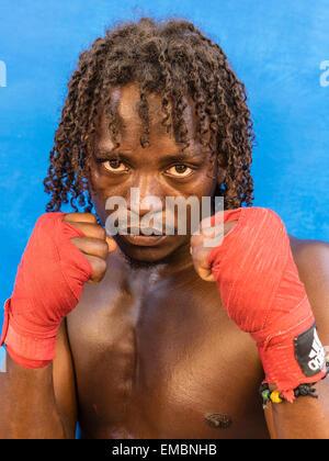 Close-up Portrait von einer Afro-Kubanischer Boxer hält seine roten Fäuste gewickelt während einer Sitzung an der - Stockfoto