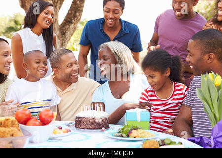 Multi-Generationen-Familie feiert Geburtstag im Garten - Stockfoto