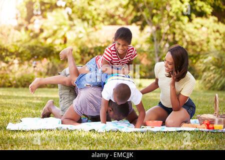 Familie Spaß im Garten zusammen - Stockfoto
