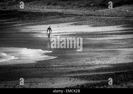 Einsamer Surfer am Strand des Traigh Siar, Vatersay, Isle of Barra, äußeren Hebriden, UK - Stockfoto