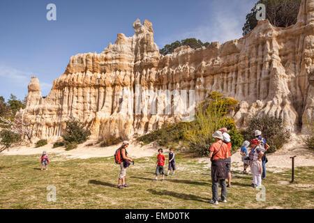 Familien besuchen Les Orgues d'Ille Sur Tet, Languedoc-Roussillon, Pyrenäen-Orientales, Frankreich. - Stockfoto