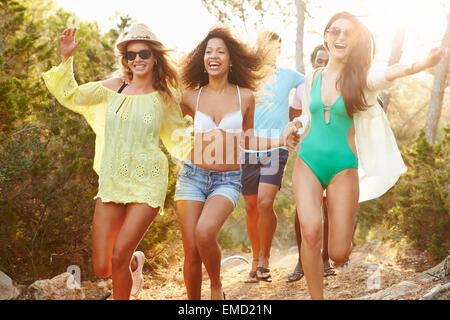 Gruppe junger Freunde gemeinsame Party am Strand - Stockfoto