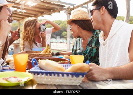 Gruppe von Freunden genießen Sie Mittag- und fotografieren - Stockfoto