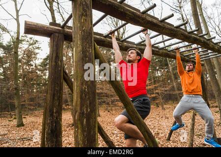 Klettergerüst Hangeln : Zwei junge männer am klettergerüst hangeln stockfoto bild: 81422201