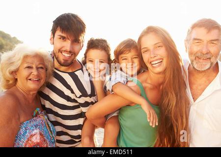 Multi-Generationen-Familie, Kindern Piggybacks auf Urlaub - Stockfoto