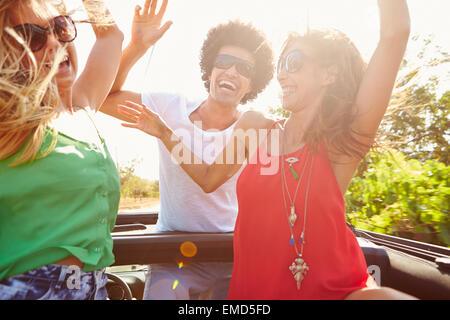Gruppe junger Freunde tanzen auf der Rückseite oben Großraumwagen - Stockfoto
