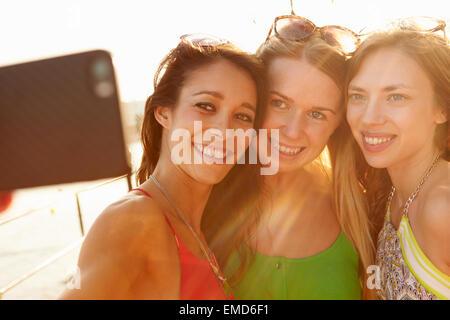 Freundinnen auf Urlaub zusammen nehmen Selfie - Stockfoto