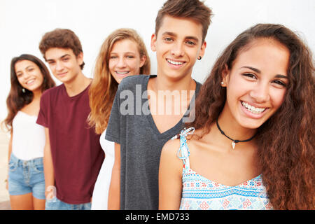 Porträt der Teenagergruppe an Wand gelehnt - Stockfoto