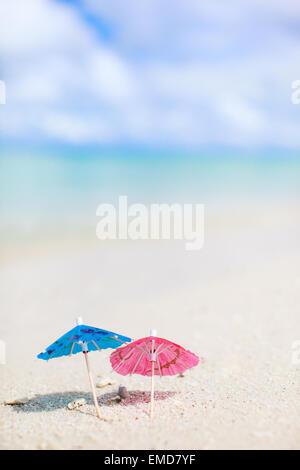 Tropischer Strand Mit Bunten Sonnenschirmen Top Down