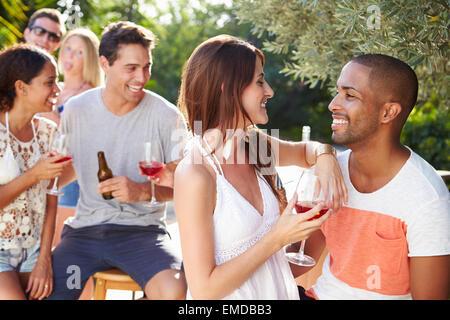 Paar mit Freunden trinken Wein und entspannen im freien - Stockfoto