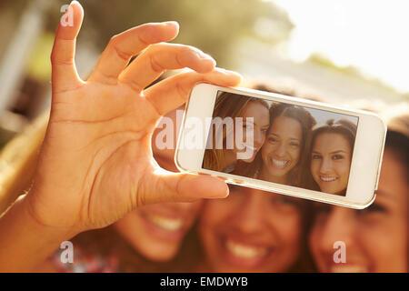 Freundinnen in den Urlaub nehmen Selfie mit Handy - Stockfoto