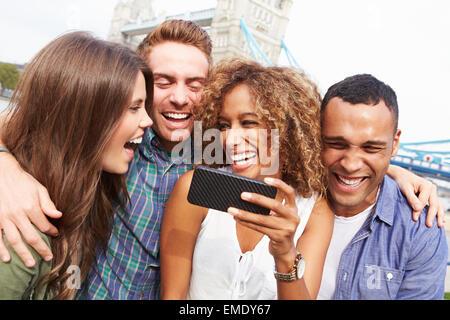 Gruppe von Freunden nehmen Selfie von Tower Bridge In London - Stockfoto